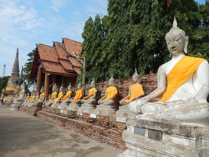 2.巨大な仏塔を取り囲む仏像が圧巻!ワットヤイチャイモンコン