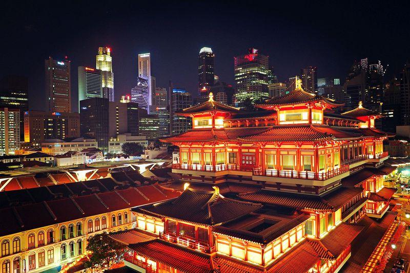 千と千尋の湯殿!?シンガポールに現るド派手な仏閣・仏牙寺