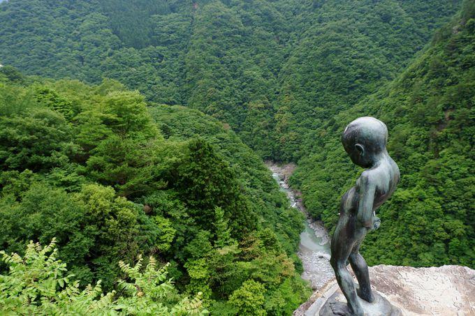3. 壮大な渓谷とのコントラストが滑稽な小便小僧