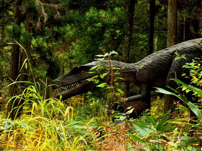 森の中で実物大のリアル恐竜に遭遇!?