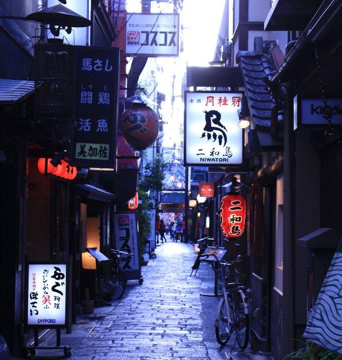 大阪の繁華街をちょっと入った小路、法善寺横丁を小粋に歩こう!