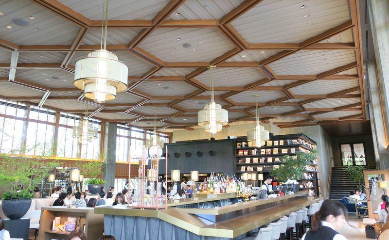 京の旬を堪能「京都モダンテラス」。高い天井とテラス席で開放感抜群!