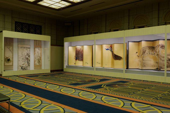 ホテルを彩る華麗な鳥たちの姿も必見!