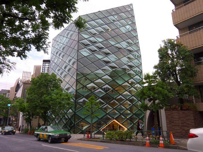 巨大な水晶のオブジェのような「プラダ・ブティック青山店」