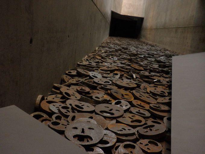 イスラエルの彫刻家メナシェ・カディシュマンによるインスタレーション