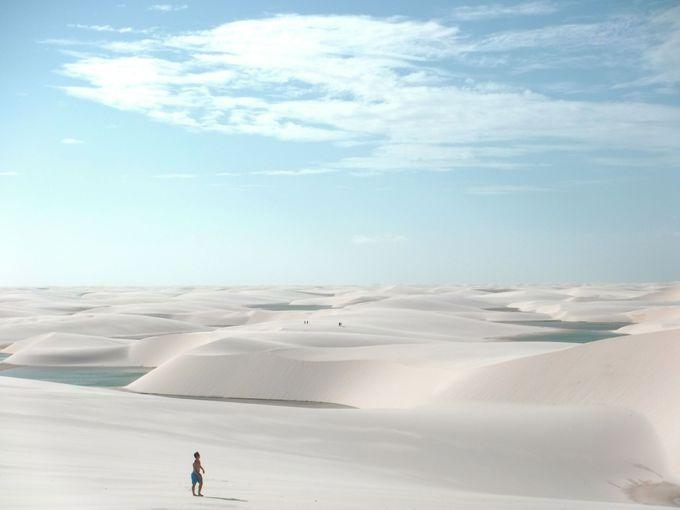 真っ白な砂丘と、青く輝く池