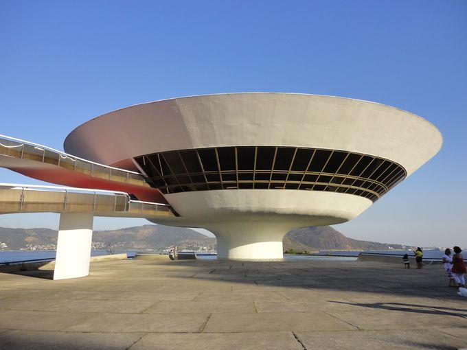 リオに突如舞い降りたUFO!?「二テロイ現代美術館」