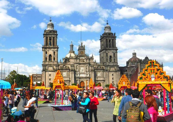 10.街がカラフルに彩られる。メキシコ「死者の日」