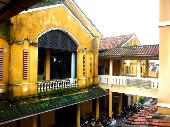 雰囲気たっぷりの黄色い建物が目印「ホイアン市場」