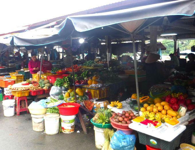 地元民の台所。生鮮食材コーナーを見学しよう!