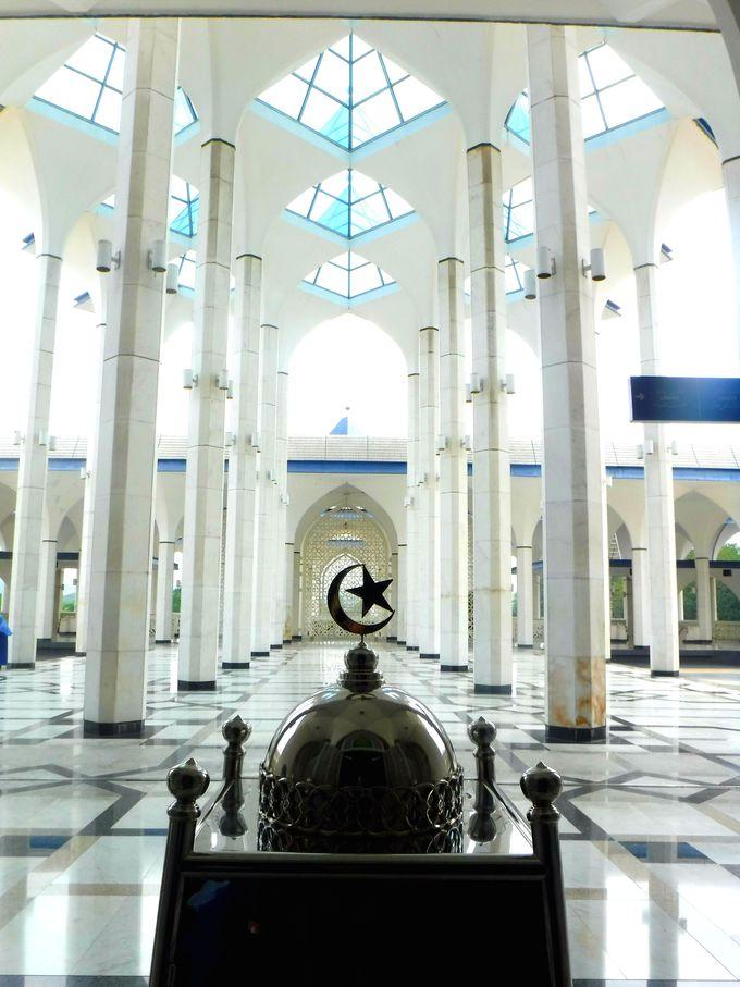 白い床と空へと伸びる天井。ブルーモスクは想像を絶する美しさ!