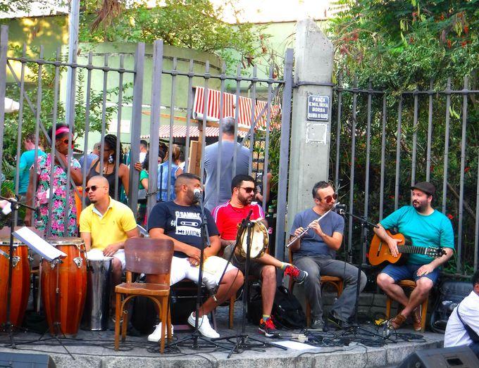 夜:リオデジャネイロで本場のサンバに酔いしれる!