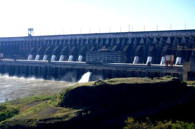 午後:世界有数の発電量を誇る「イタイプダム」へ行ってみよう!