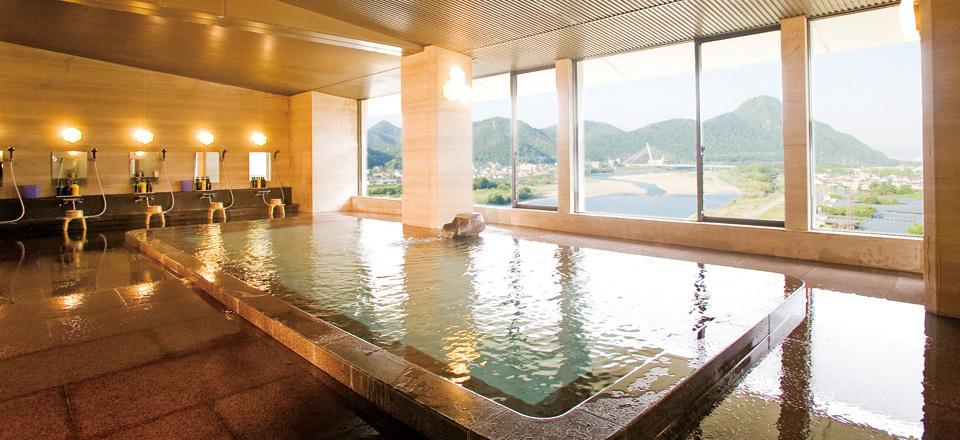 展望大浴場で岐阜城を眺めながらリラックス