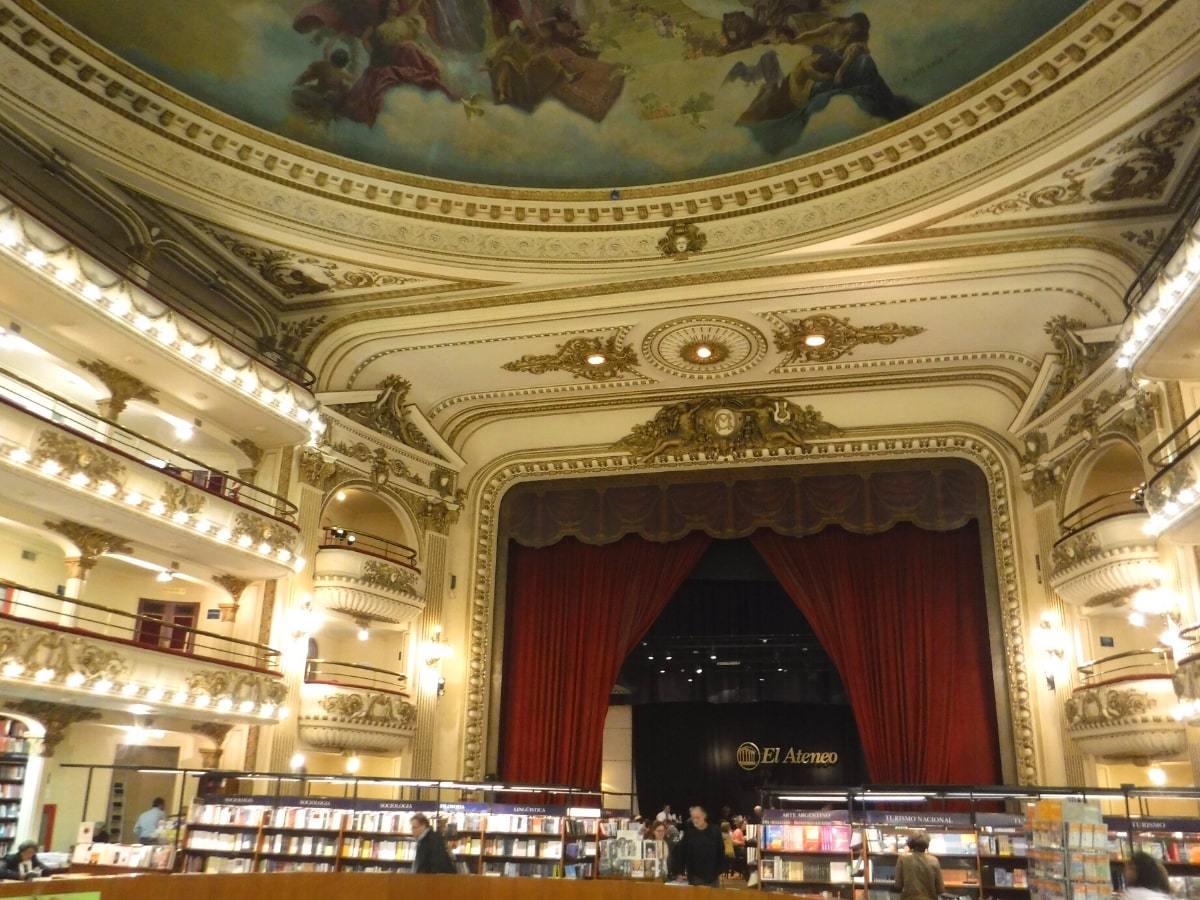 「エル・アテネオ」は劇場をフォームした本屋さん