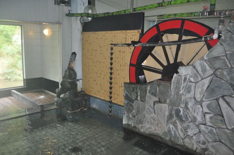 浴室内の大水車がスゴい!新潟県・河原沢鉱泉「幸栄館」
