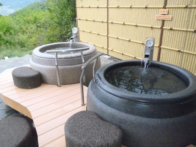 露天に三つの源泉槽
