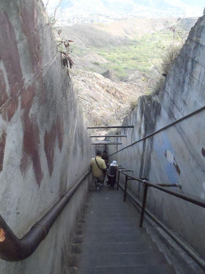 階段をひたすら降りて