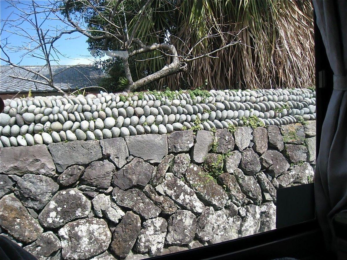 玉石が崩れることで、怪しい侵入者を防ぐ島独自の昔ながらの知恵