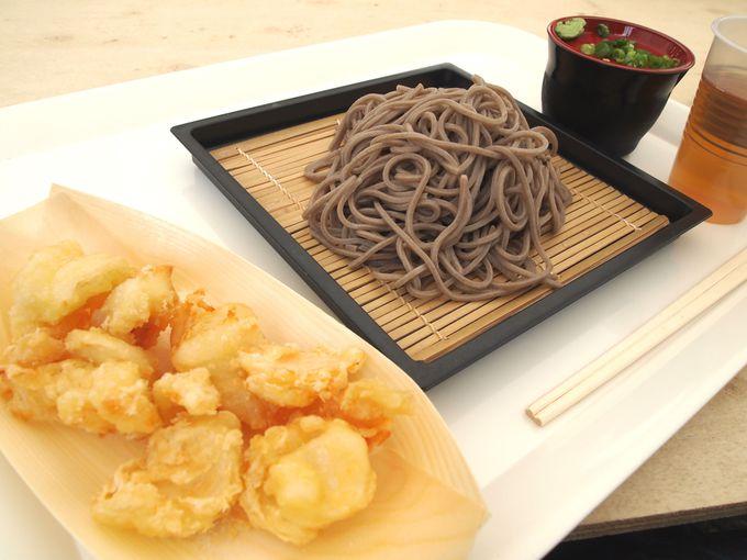 休憩所では「ゆり根の天ぷら」が人気。売店では鉢植えなどの販売も