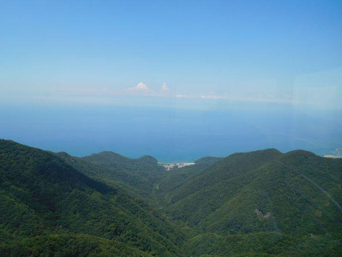 遠い?案外近い?日本海の向こうに佐渡島を望む