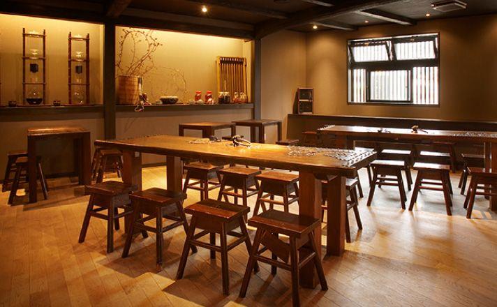 カフェスペース「温泉珈琲水屋」はシックな雰囲気