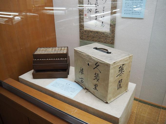 本居宣長の遺品やたくさんの資料が並ぶ2階展示室