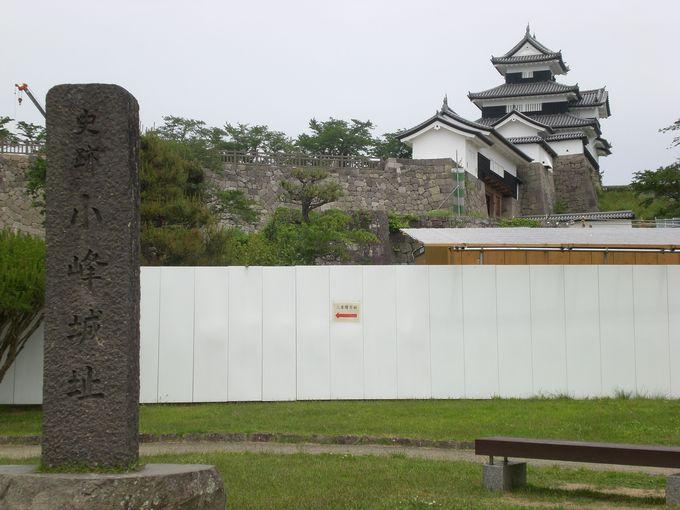 石碑越しに見える「白河小峰城御三階櫓」と「前御門」!