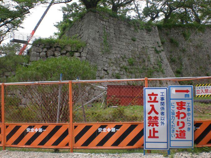 お城の裏側は完全復興に向けて、一生懸命修築中!