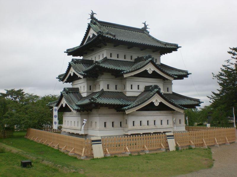 今がチャンス!曳屋と石垣のはらみが見られる青森県「弘前城」