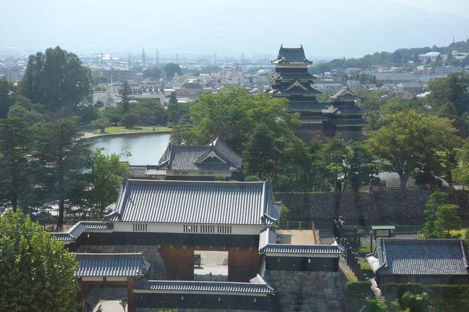 ちょっと見慣れない角度からの松本城、太鼓門と黒門を従えて