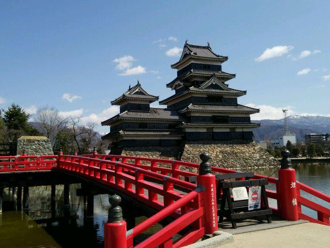 色のコントラストが鮮やか、国宝の長野県「松本城天守」は天晴れ!