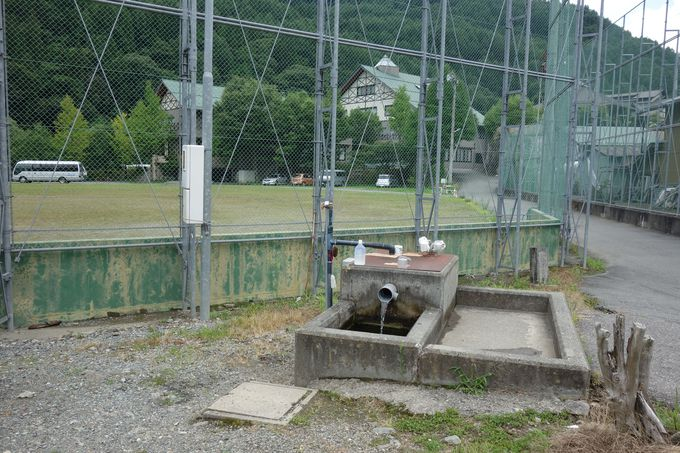 立寄り湯と「分杭峠の水」が汲み放題の無料の井戸!