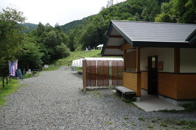 氣場のバス停留所には、新しいトイレもあり安心!