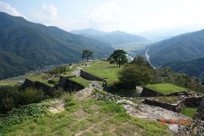 天守台から南千畳方向、その先は生野銀山と姫路方面の遠景!