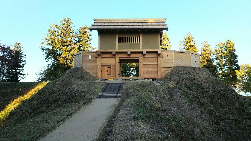 もうすぐ完成、復元城門として最大級の「郭馬出西虎口櫓門」