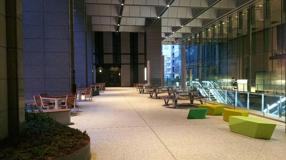 2階には広いテラス席、落ち着ける寛げる空間がそこかしこに!