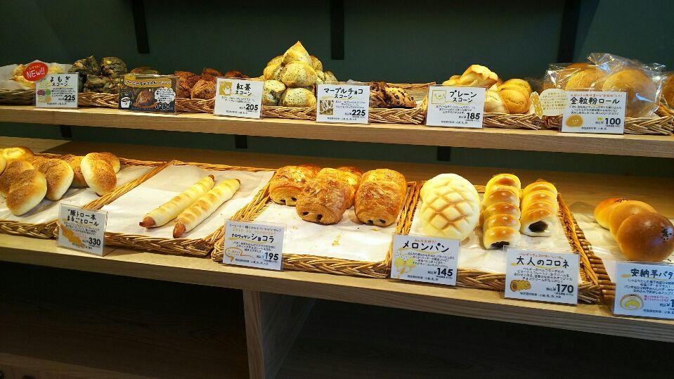 館内にはホッと寛げるカフェと地元で評判のパン屋さんが!