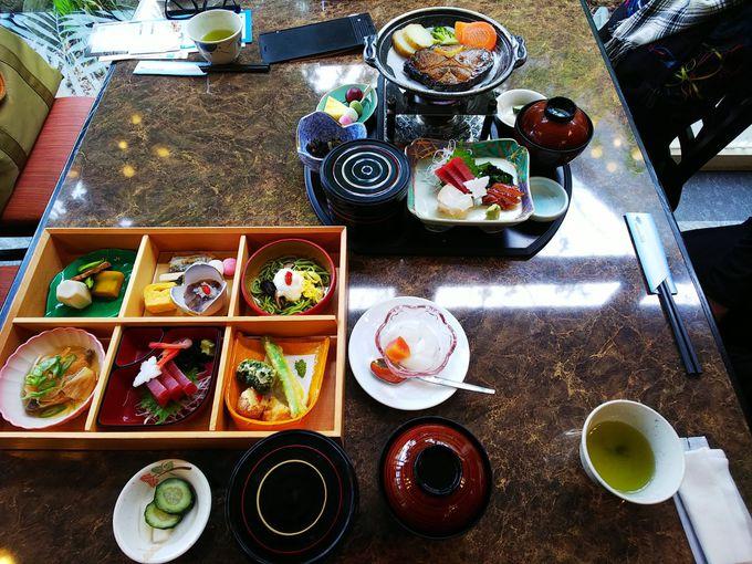 お食事は三崎漁港直送のマグロ食べ放題、お寿司や鉄板焼きも!
