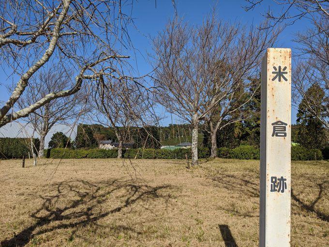 本丸の周りの城郭遺構は、家々に囲まれ歴史の跡に埋もれて