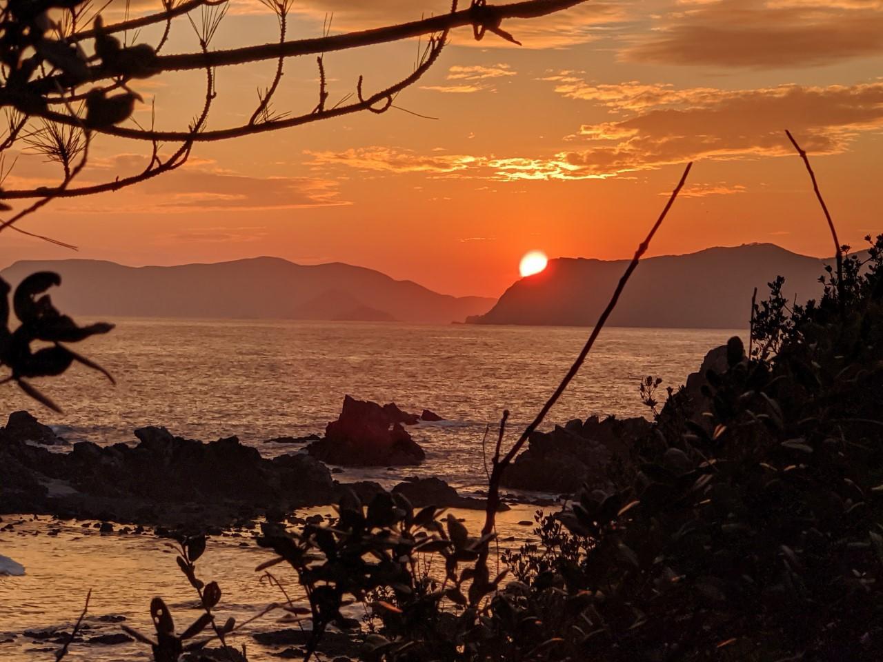 夕暮れ時の景観は、空と雲と海と島影に沈む夕陽に彩られ!