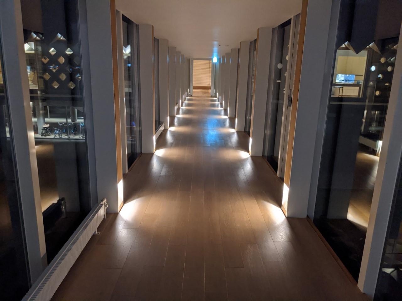 ホテル内は木の温もりに包まれて、空間の広がりを実感!