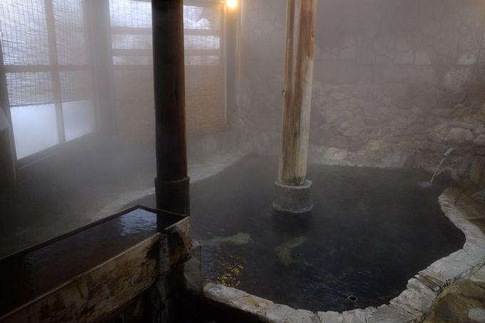 岩奥から溢れ出る源泉を引いた露天風呂