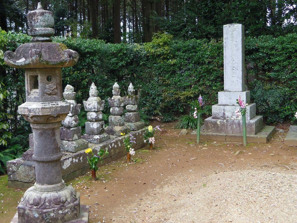 初代から24代まで約600年間にわたる井伊家の墓所