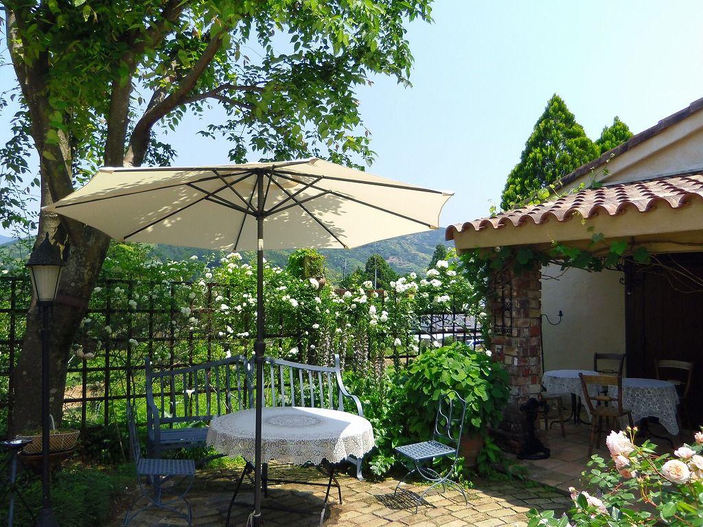 バラの花咲く隠れ家的カフェ「ラ・ローズデバン」