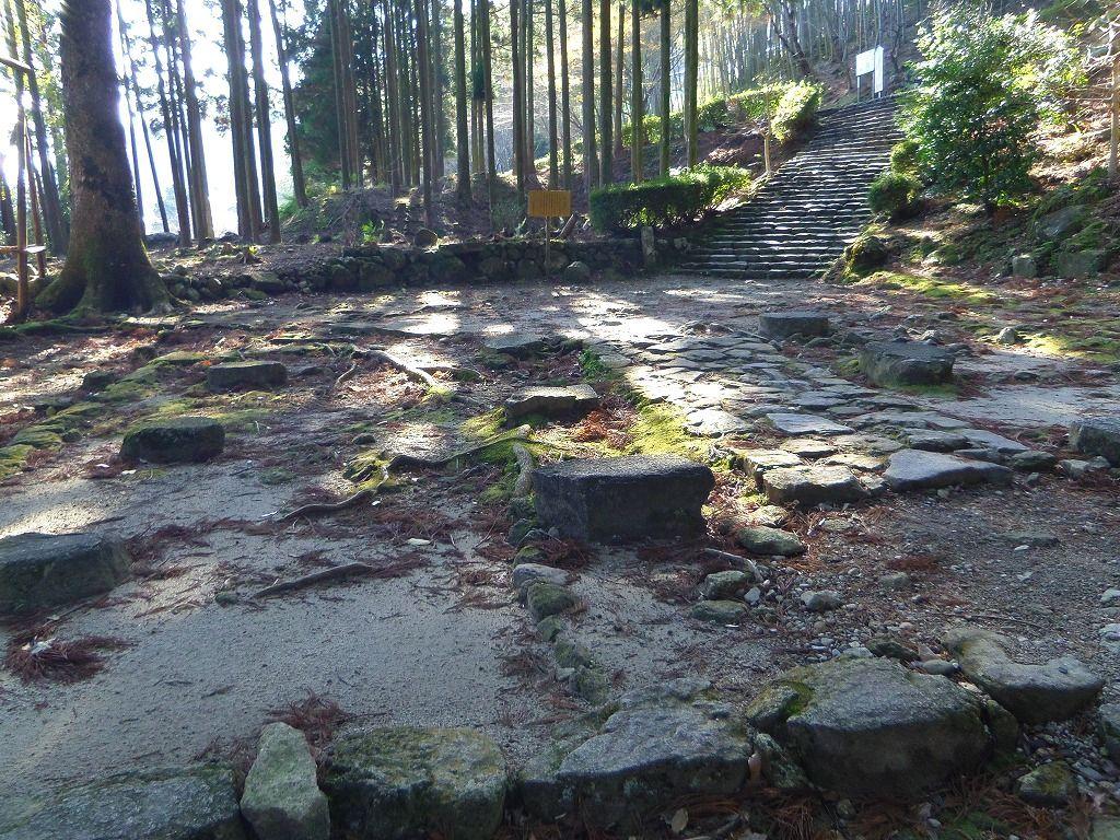 大社から飛瀧神社参道入り口までは中辺路(なかへち)を歩こう