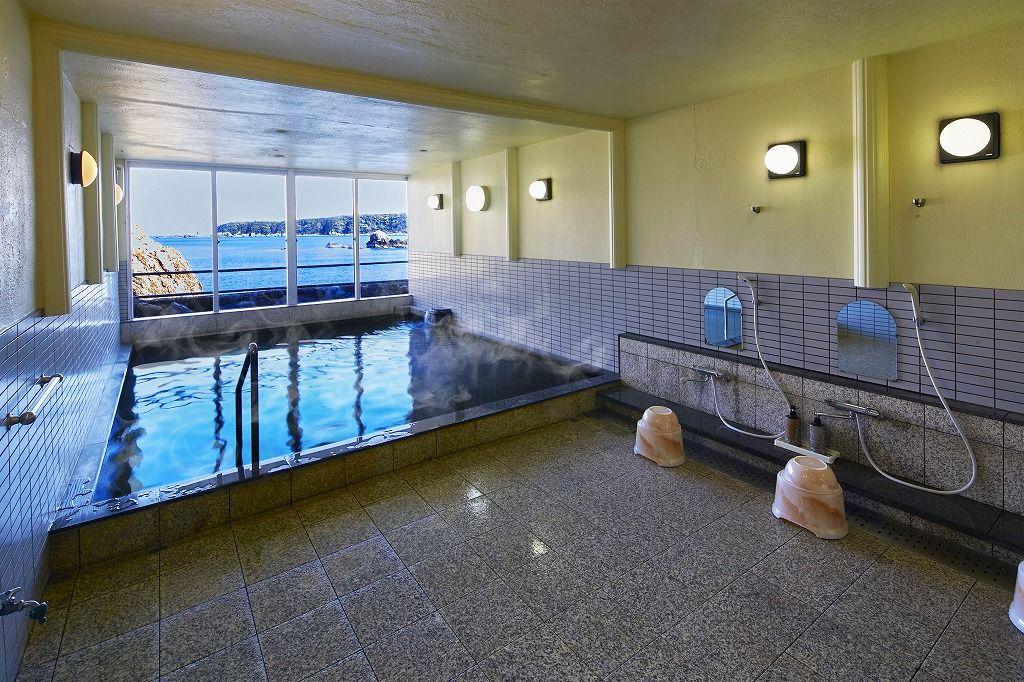 熊野灘に臨む大浴場でリラックス