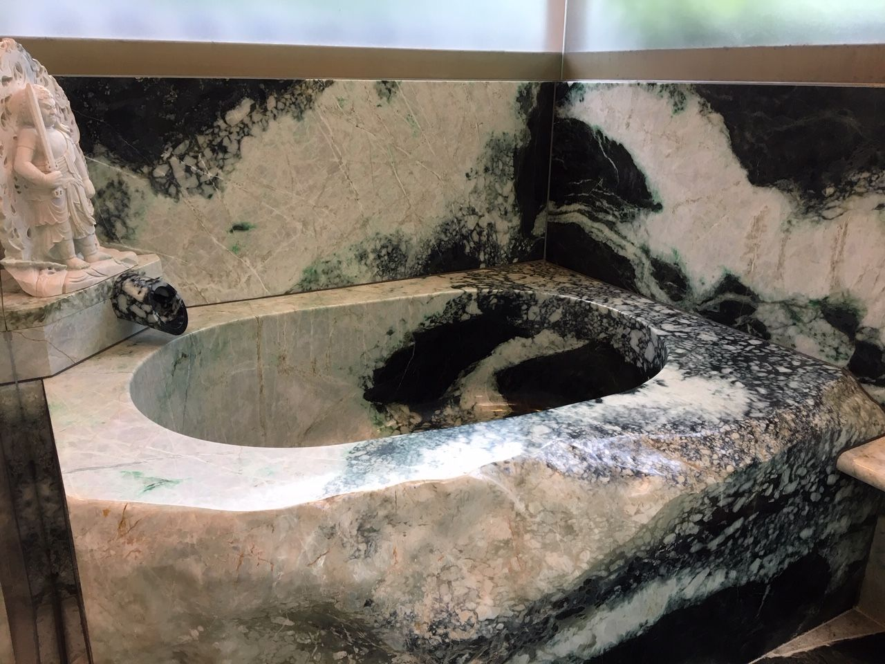 必見!翡翠原石くりぬき風呂