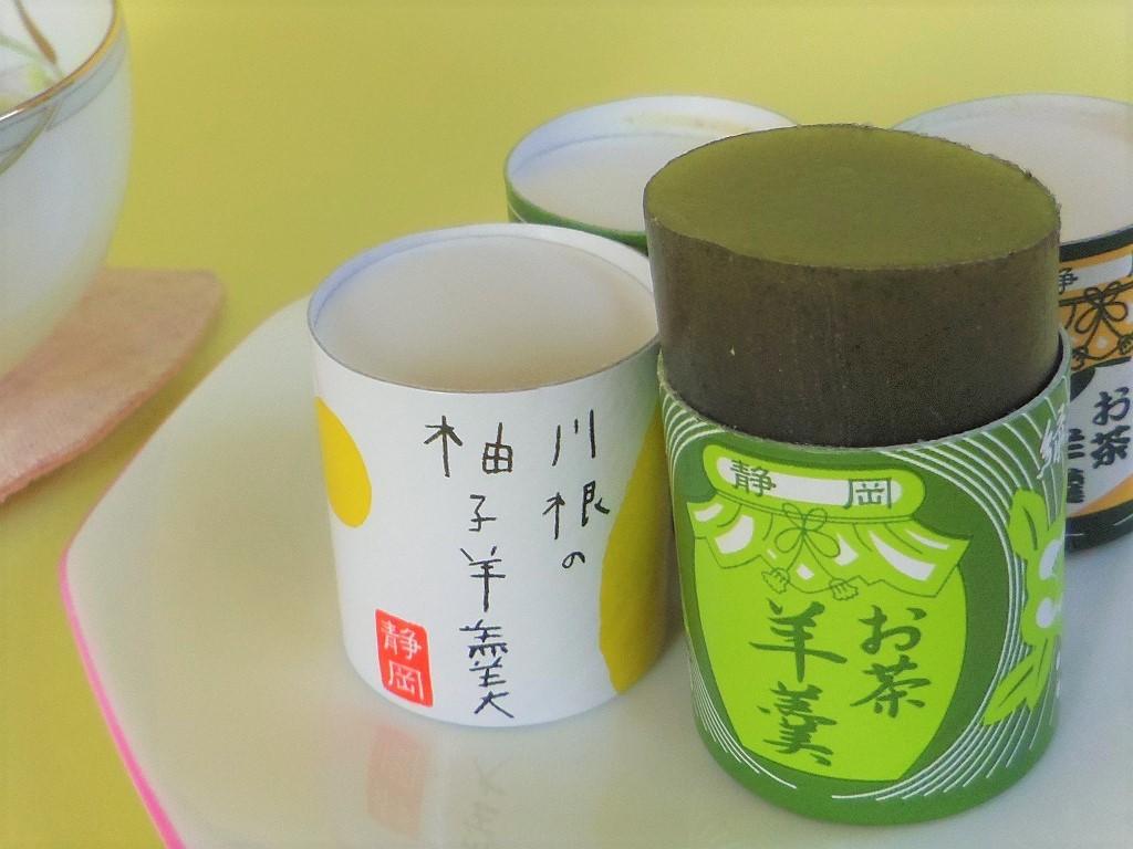 下から押し出す「菓子処 三浦」のお茶羊羹