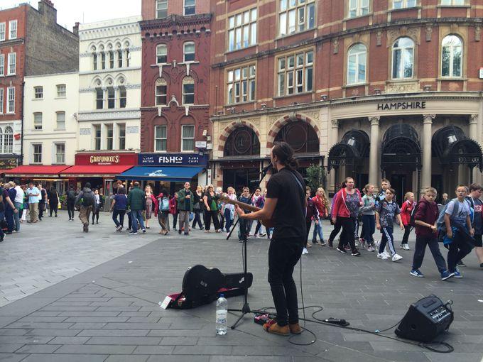音楽があふれるにぎやかな広場「レスター・スクエア」